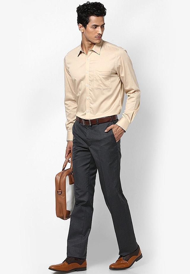 same shirt trouser office photo - 1